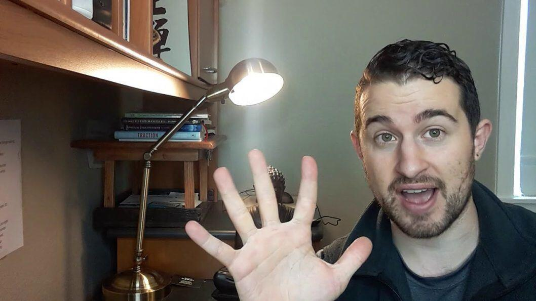 picture of jared levenson holding his 5 fingers up to represent 5 tips to stop stress eating at work